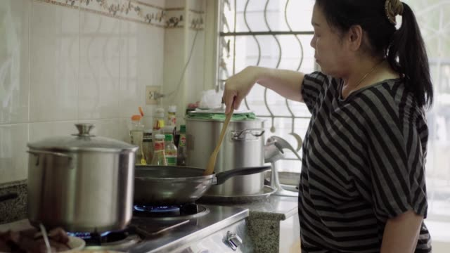 stockvideo's en b-roll-footage met hogere aziatische vrouw. - zelfgemaakt