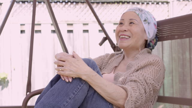vídeos de stock, filmes e b-roll de mulher asiática sênior com cancro em casa - radioterapia