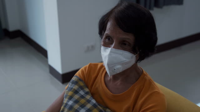 vidéos et rushes de les femmes asiatiques âgées désemparées. - masque de chirurgien