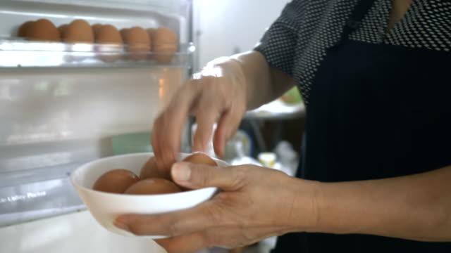 高齢者で在宅: 食糧を準備します。 - 年配の女性点の映像素材/bロール