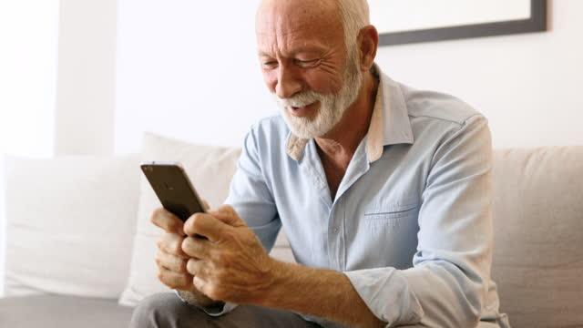 vídeos de stock, filmes e b-roll de sênior em casa - homens idosos