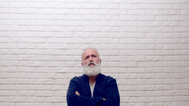 Senior skägg mannen visar en kopia utrymme