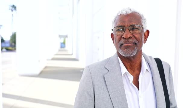 vidéos et rushes de homme d'affaires noir aîné - 60 64 ans