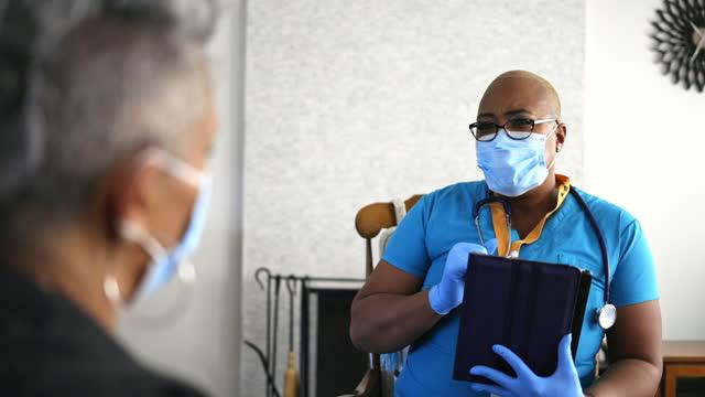 vídeos y material grabado en eventos de stock de senior black woman and nurse home healthcare visit - trabajador de primera línea