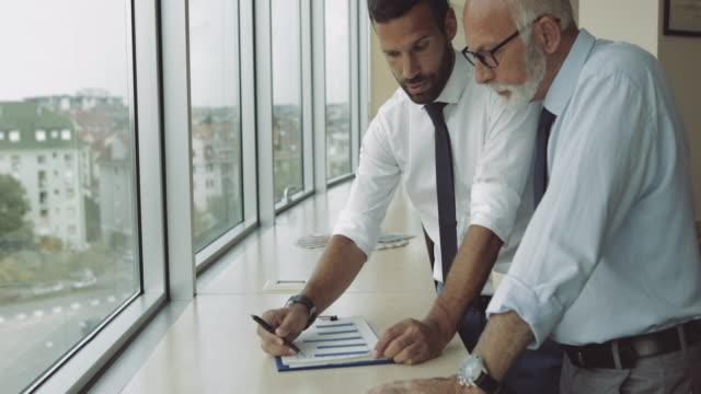vídeos y material grabado en eventos de stock de consultoría subordinado joven jefe senior - top