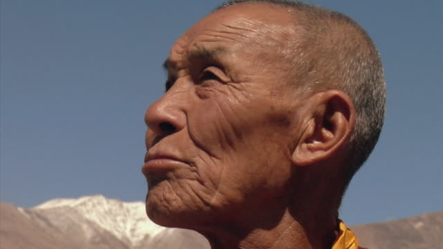 cu, senior buddhist monk in mountain landscape, leh, ladakh, jammu and kashmir, india - buddhismus stock-videos und b-roll-filmmaterial