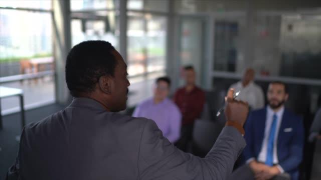 vídeos de stock, filmes e b-roll de empresário sênior fazendo um discurso durante uma conferência - curso de treinamento