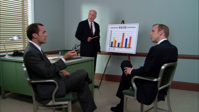 vídeos de stock e filmes b-roll de ms senior businessman giving sales presentation/ new york city - vestuário de trabalho formal