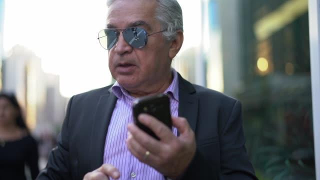 Senior mit mobile City Geschäftsmann