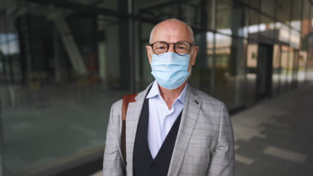 senior businessman wearing protective mask - filmato non girato negli usa video stock e b–roll