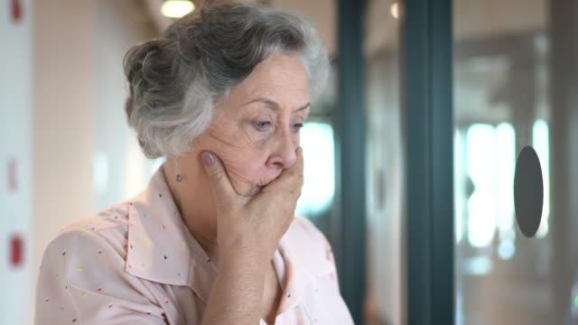 vídeos de stock e filmes b-roll de senior businesswoman worried at corridor office - trabalhadora de colarinho branco