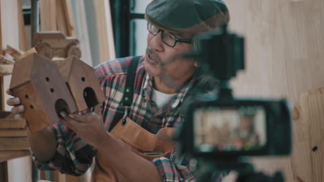 Senior Zimmermann Mann mit ditital Kamera für Video-Live-Streaming