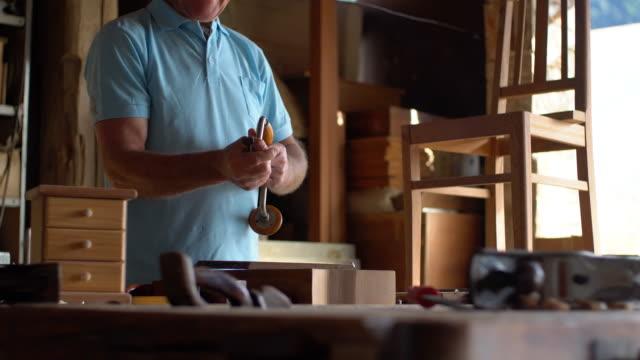 vídeos de stock, filmes e b-roll de carpinteiro sênior - ferramenta de trabalho