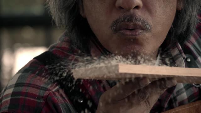 vidéos et rushes de charpentier principal - souffler