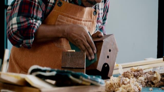 vídeos de stock e filmes b-roll de senior carpenter working at home - camisa com botões