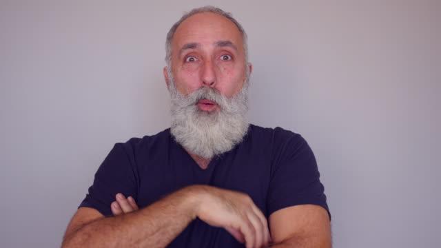 vídeos de stock, filmes e b-roll de um homem caucasiano barbudo sênior surge com uma ideia esplêndida - orgasmo