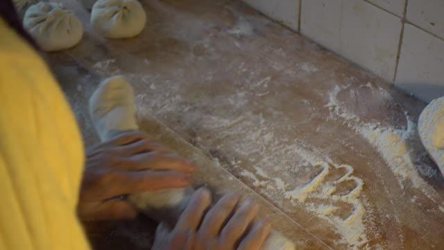 vídeos de stock, filmes e b-roll de senior chinese woman preparing traditional food - rolo de pastel