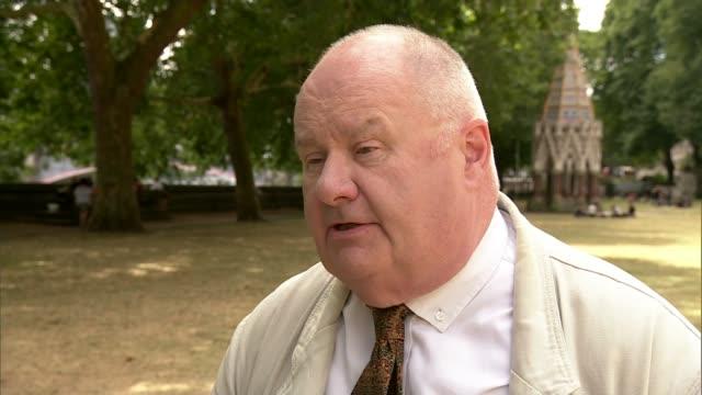 vidéos et rushes de senior conservatives demand boris johnson apologises for burka comments; england: london: westminster: ext lord pickles interview sot - vêtement religieux