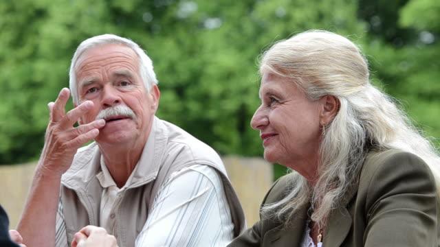 Senior Casal no café ao ar livre