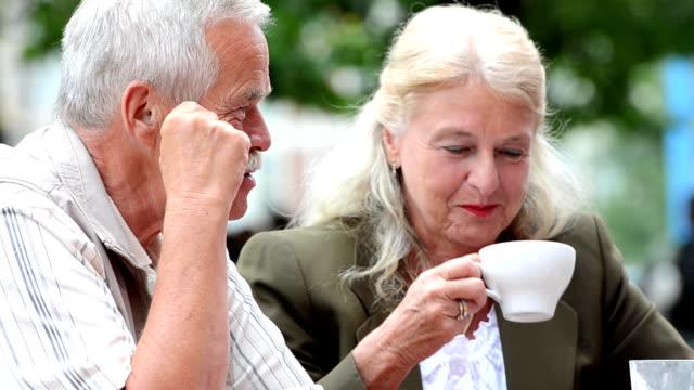 stockvideo's en b-roll-footage met senior couple at cafe - 60 64 jaar