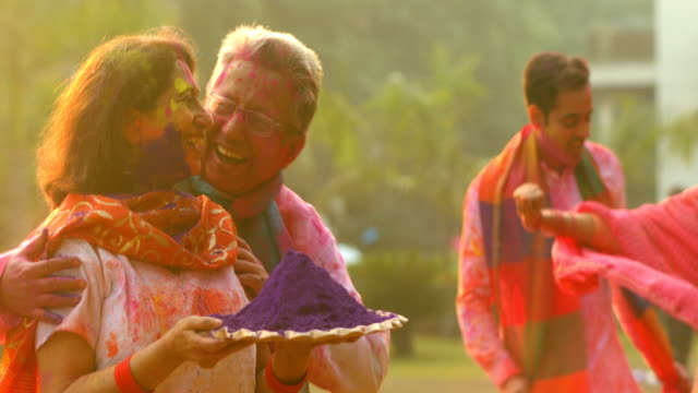 senior couple celebrating holi festival, delhi, india - religion stock-videos und b-roll-filmmaterial