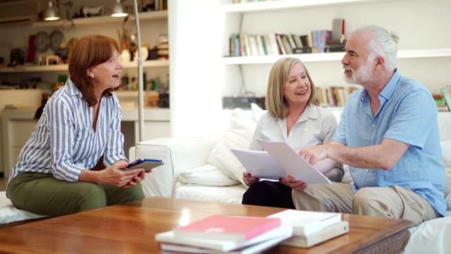 senior par skapar en säker pensionering - förklara bildbanksvideor och videomaterial från bakom kulisserna