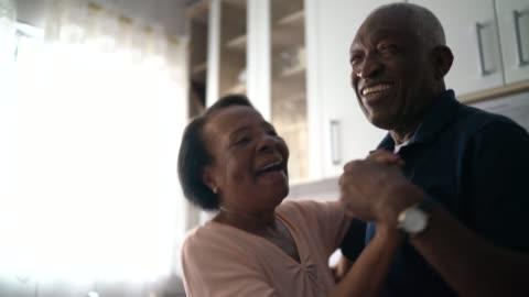 senior par dansar i köket - aktiva pensionärer bildbanksvideor och videomaterial från bakom kulisserna