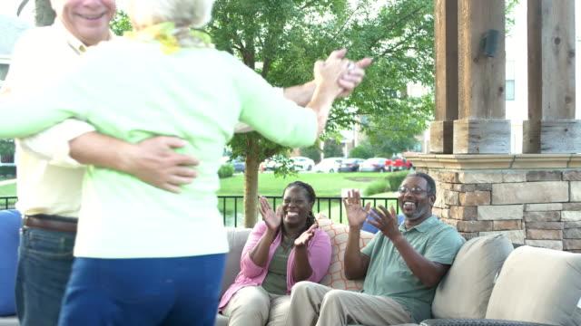 stockvideo's en b-roll-footage met senior paar dansen, vrienden klappen - 70 79 jaar