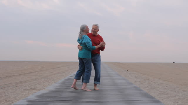 ws senior couple dancing on beach boardwalk / los angeles, california, usa - 70 79 jahre stock-videos und b-roll-filmmaterial
