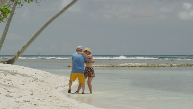 senior couple dancing on the beach - isola di tahaa video stock e b–roll