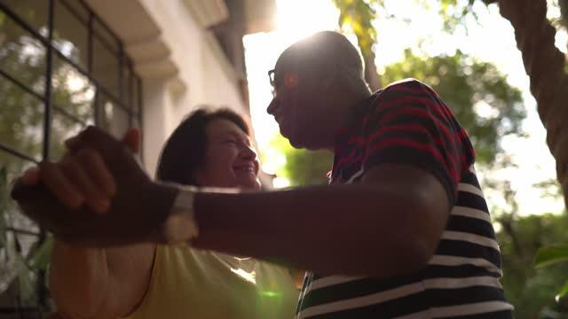vídeos de stock, filmes e b-roll de casal sênior dançando ao ar livre - envelhecido efeito fotográfico