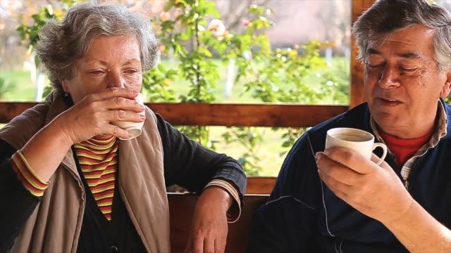 vídeos y material grabado en eventos de stock de senior pareja bebiendo café - veranda