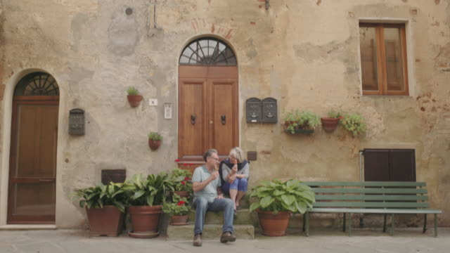 stockvideo's en b-roll-footage met senior couple enjoying icecream on holiday - oude stad