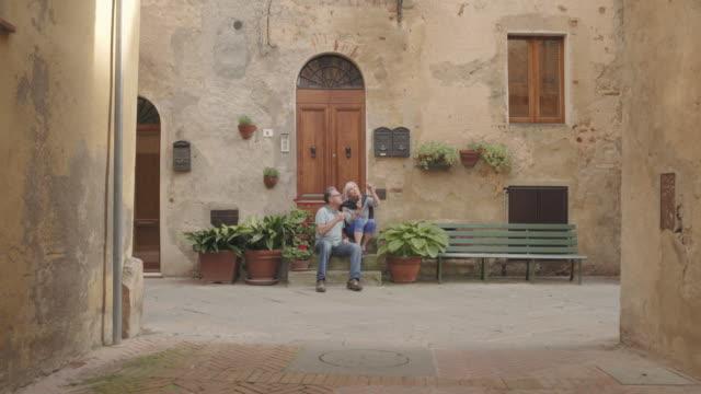vídeos y material grabado en eventos de stock de senior couple enjoying icecream on holiday - toscana
