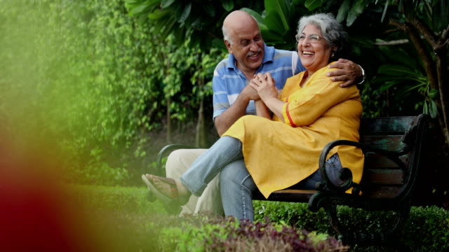 vidéos et rushes de senior couple enjoying in the park, delhi, india - banc public