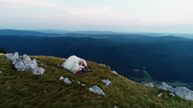 山からの眺めを楽しんでいるシニア カップル - camping点の映像素材/bロール