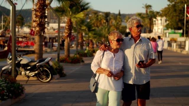 vídeos de stock e filmes b-roll de senior couple exploring travel destination - idoso na internet