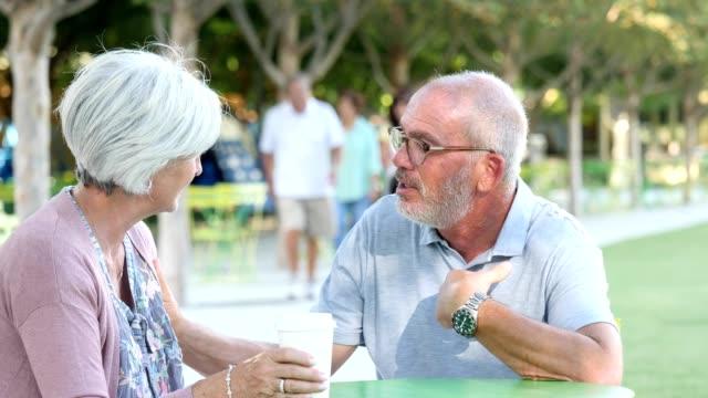 vidéos et rushes de couple de personnes âgées ayant une conversation sérieuse - jeune d'esprit