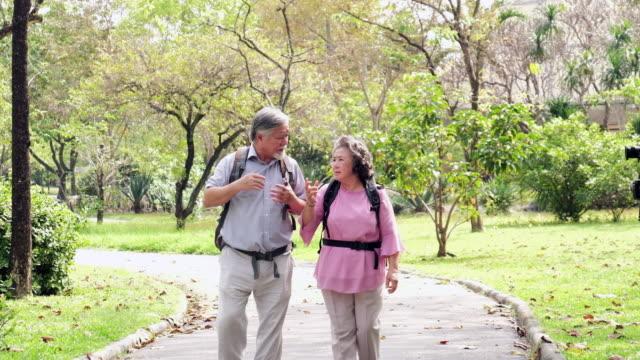Senior paar wandelen in het bos. Senior paar genieten van het uitzicht.