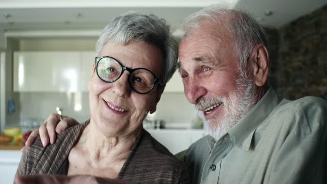 äldre par kramar hemma - heterosexuella par bildbanksvideor och videomaterial från bakom kulisserna