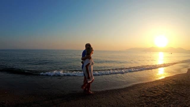 老年夫婦愛走在沙灘上 - 異性情侶 個影片檔及 b 捲影像