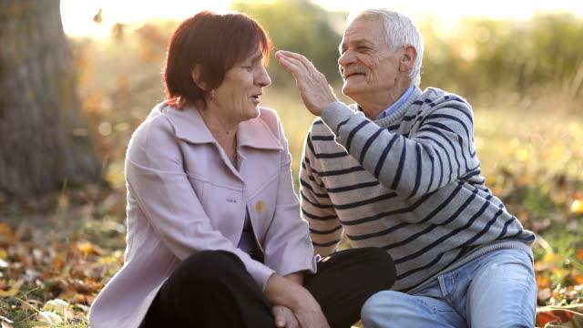 Älteres Paar in der Natur an sonnigen Herbsttag