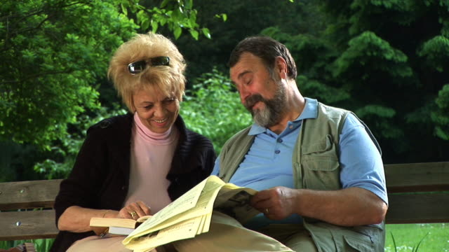 vídeos de stock, filmes e b-roll de hd: sênior casal no parque - marido