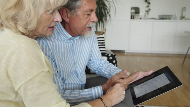senior couple learning how to use new technology - online banking - electronic banking stock videos & royalty-free footage