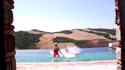 在義大利做一個大飛濺的高級夫婦! - 義大利文化 個影片檔及 b 捲影像