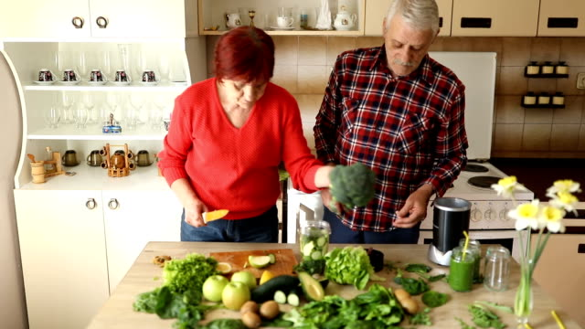 senior couple making green smoothie - detox stock videos & royalty-free footage