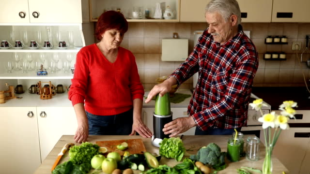 senior couple making green smoothie - nutritionist stock videos and b-roll footage