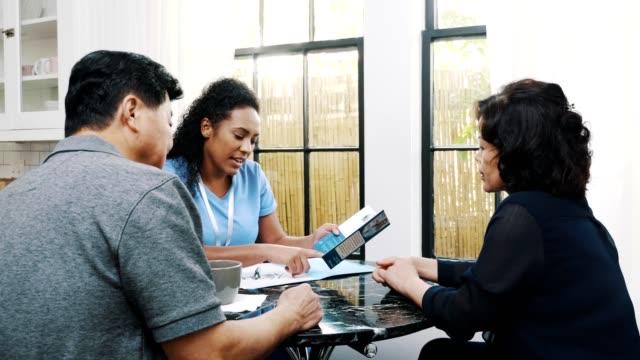 senior-paar treffen sich mit krankenschwester über häusliche gesundheitsdienste - hausbesuch stock-videos und b-roll-filmmaterial