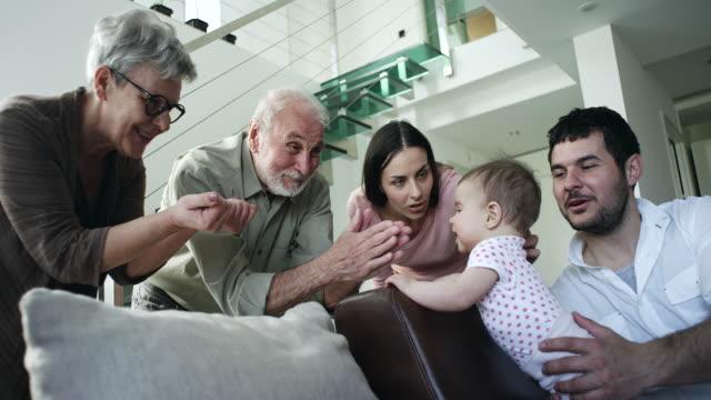 vídeos de stock, filmes e b-roll de casal sênior conhecer sua neta - visita