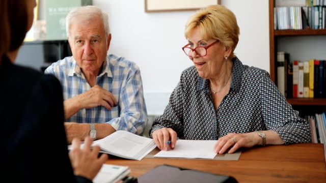 treffen mit einem senior-paar mit dem anlageberater - investition stock-videos und b-roll-filmmaterial